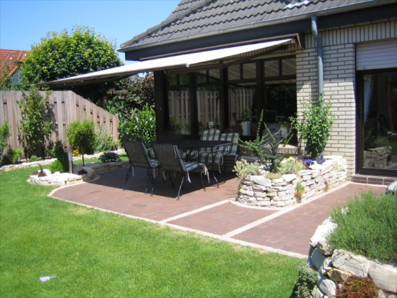runde terrasse mit pflastersteinen und blumenbeet terrasse mit steinbelag pinterest. Black Bedroom Furniture Sets. Home Design Ideas